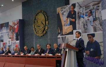 El presidente Peña habla durante la toma de protesta de la nueva directiva del Congreso del Trabajo. Foto: Presidencia de la República.